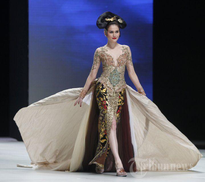Model memperagakan busana rancangan Anne Avantie bertema Legong Srimpi pada Indonesia Fashion Week 2014 di Jakarta Convention Center (JCC),… #1036482