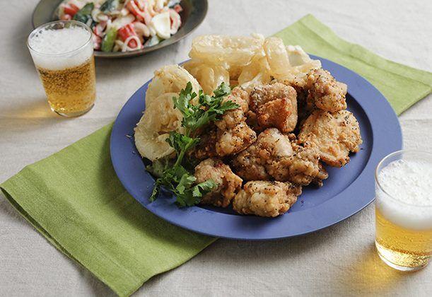 唐揚げとオニオンフライ、2種類を食べられるのが嬉しい週末メニュー。唐揚げは冷凍しておくと重宝。