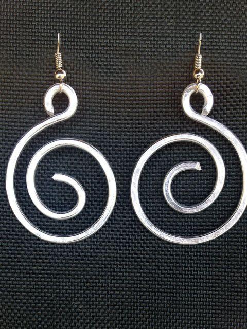 Orecchini in filo di alluminio,  a forma di spirale. Realizzati completamente a mano. Sono molto leggeri grazie al tipo di materiale utilizzato e non si ossidano con il tempo.
