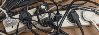 """Image caption ¿Así se observan los tomacorrientes en tu residencia? Foto: Thinkstock.    Algunos los denominan """"vampiros de la energía"""".   Son esos aparatos en comparación a permanecen enchufados -en   stand-by  -, aún en cuanto no los estamos usando.     7 aparatos cuyo consumo eléctrico podría sorprenderte     ¿Te acaeces fijado en ese pequeño bombillo que dice que tu aparato está """"vivo"""" aún cuando esté apagado? Aunque parezca insign"""