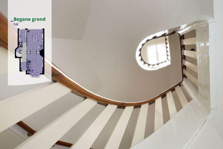 Kijkje omhoog in het trappenhuis van een jaren 30 woning jaren 30 trap - Vervoeren van een trappenhuis ...