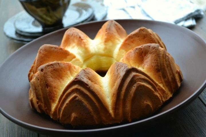 Пирог из плавленых сырков - пошаговый рецепт с фото: Яйца взбить миксером, добавив соль и сахар. Сырки размять вилкой, если они очень мягкие. Если использовать твердые... - Леди Mail.Ru