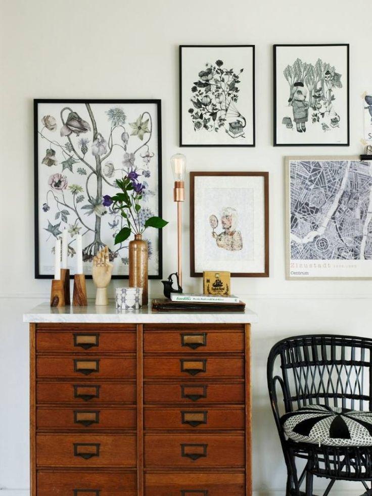 trä byrå med en marmorskiva, dekorerad med trä ljusstakar och koppar bordslampa