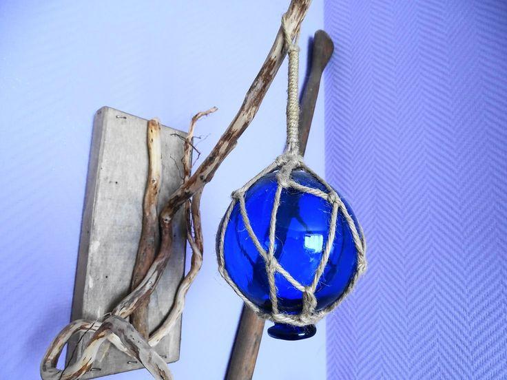 Flotteur de pêche en verre, bleu, sur socle en bois et racines : Accessoires de…