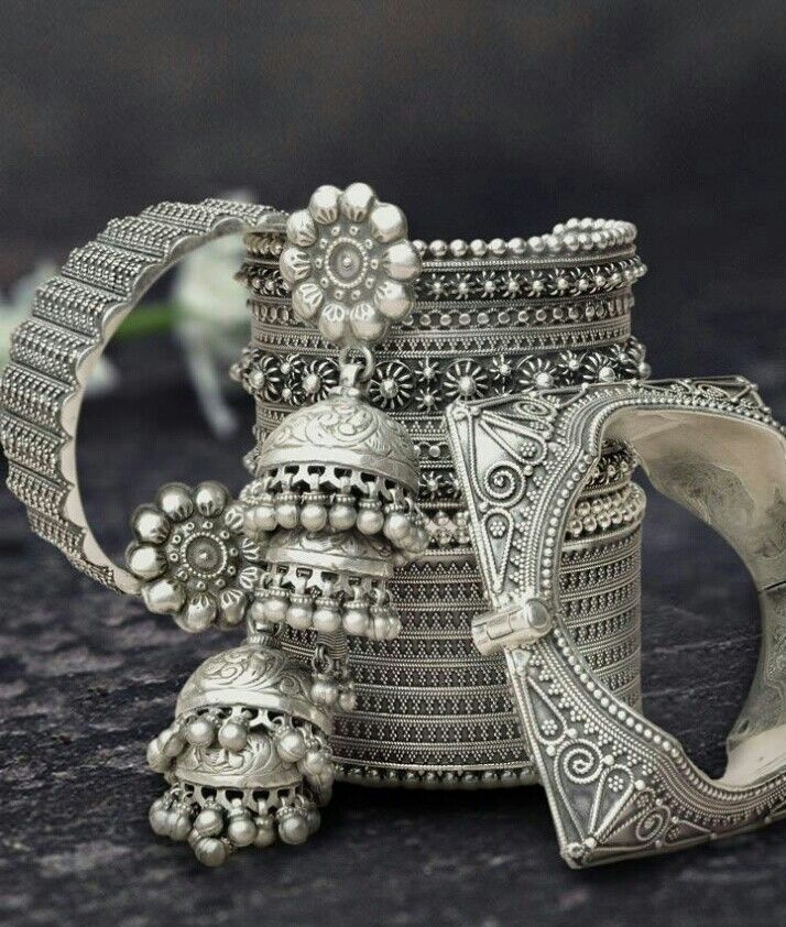 Add glamour to your Indian outfit with this stunning silver jewellery!