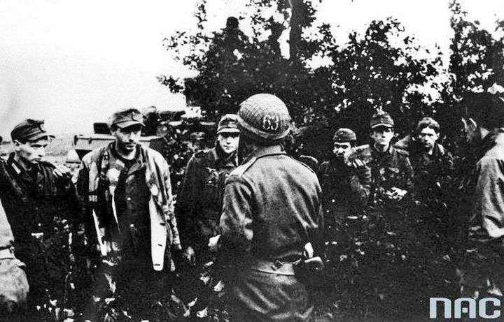 Polish officer (in the center) and German prisoners of war (Battle of Falaise).