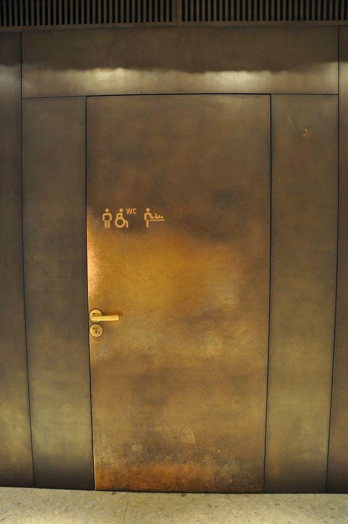 The best door to an accessible wc - Neus Museum Berlin