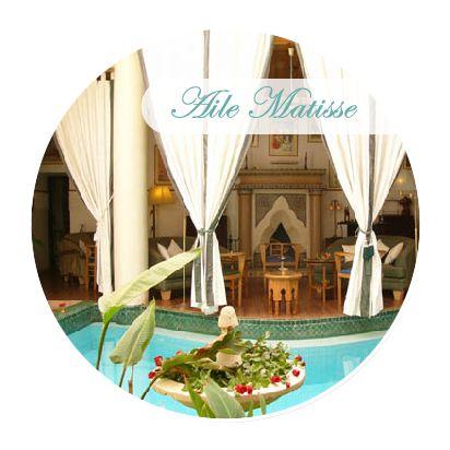 Dans un Riad à l'ancienne médina. Détendez-vous dans son patio arboré, agrémenté d'une fontaine et d'une piscine chauffée en hiver.