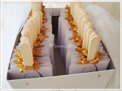 Crea tu propio abanico o Pai pai con una cartulina, unos palos de helado y pegamento. Puedes repartirlos por las mesas o dejarlos en el centro de la mesa