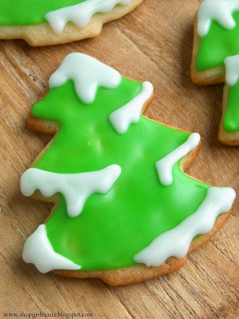 Snowy Tree Sugar Cookies. I love the way these cookies are decorated. Must remember this for Christmas cookie swaps and gift tins.