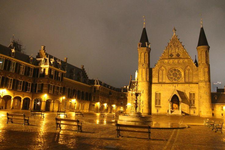 Wieczorny spacer po dziedzińcu Binnenhof i w okolicy stawu Hofvijver