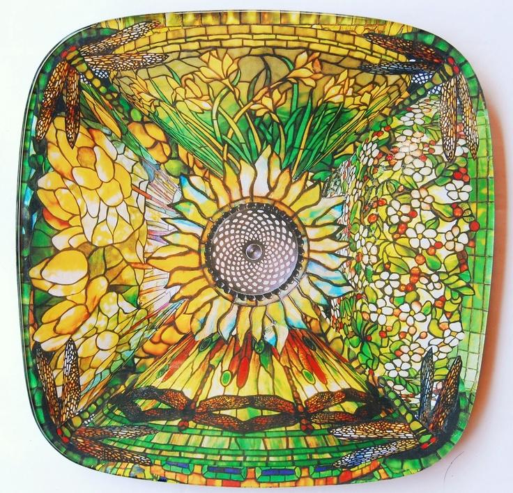 """""""Il Sole"""" - 32x32cm piatto quadrato in vetro con un disegno ispirato dalle lampade in vetro piombato di Louis Comfort Tiffany. """"The Sun"""" - 32x32cm square glass plate with a design inspired by the stained glass lamps of Louis Comfort Tiffany."""