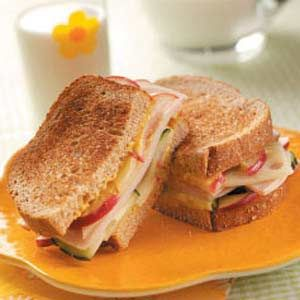 Apple-Swiss Turkey Sandwiches: Sandwiches Fallfood, Turkey Sandwiches Recipe, Breads Sandwiches, Back To Schools Lunches, Lunches Ideas, Sandwich Recipes, Apples Swiss Turkey, Apple Swiss Turkey Sandwiches, Lunches Recipe