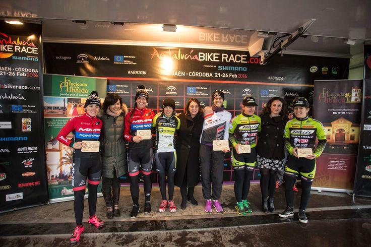 Le podium féminin de l'Andalucia Bike Race - © Andalucia Bike Race   Toute reproduction, même partielle, sans autorisation, est strictement interdite. Tiago Ferreira et Periklis Ilias victorieux en Andalousie - © Andalucia Bike Race   Toute reproduction,...