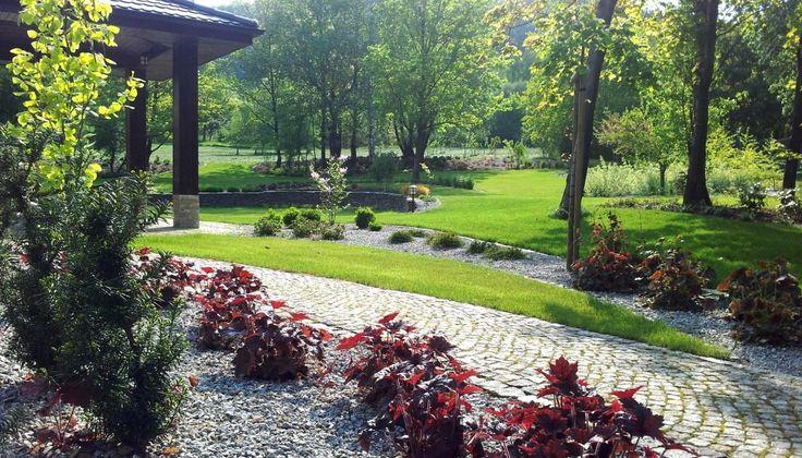Znalezione obrazy dla zapytania ogród pod lasem