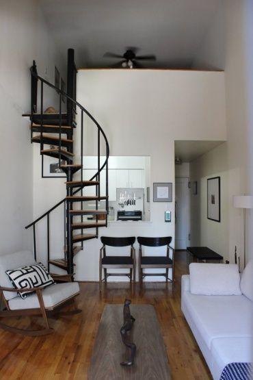 狭いロフト付きワンルームながら、家具をモノトーンにまとめることですっきり広々と見せることができます。あまり余計なものを置き過ぎないのがすっきりするコツ。