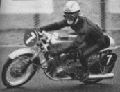 1962年 第1回全日本選手権レース 『ノービス部門』 ノービス125 8周目、黒沢とトップ争いしていた神谷忠は ヘアピンで、3位岡野文雄と衝突