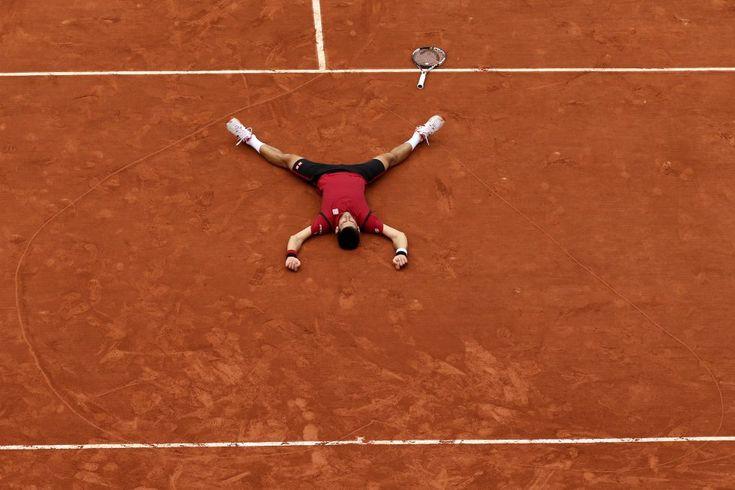 El tenista Novak Djokovic (Serbia), reacciona tras derrotar al británico Andy Murray en su último partido del torneo de tenis Roland Garros, el 5 de junio de 2016, en París (Francia).