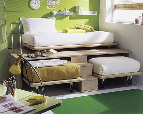 3 twin beds in the space of 1 – and nobody is close to the ceiling - (great…