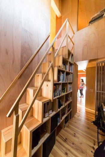 3階へ上がる階段は木箱を重ねたようなカタチ。本棚や収納スペースとして使っている。