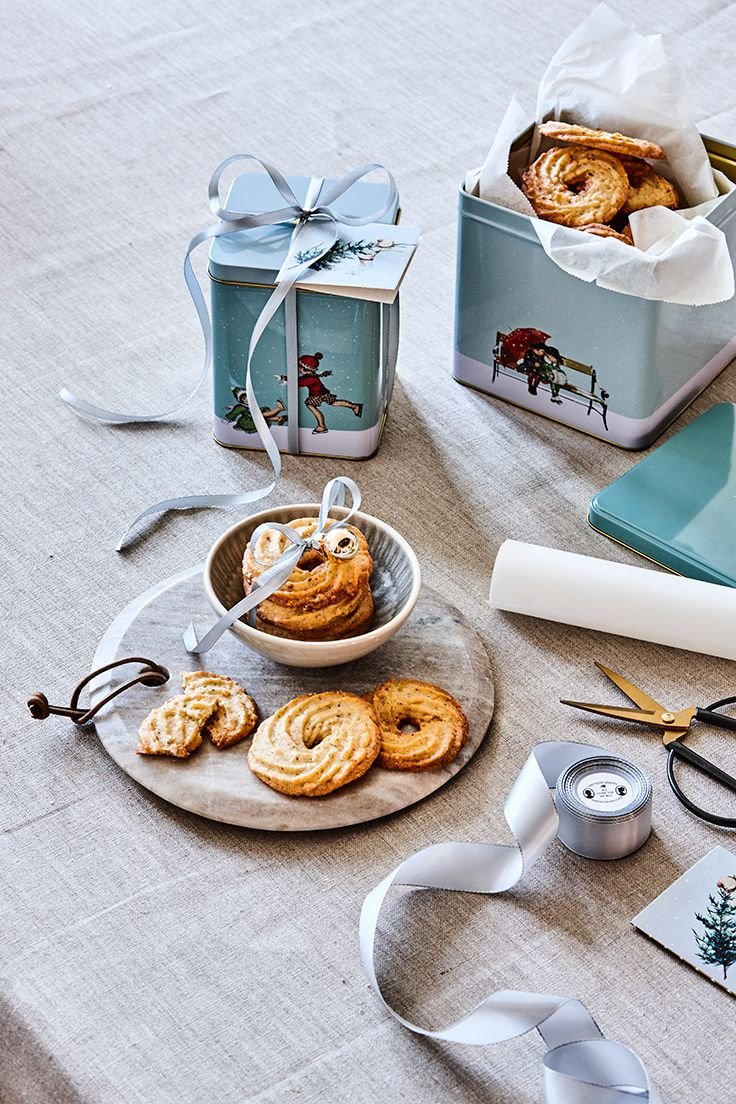 Christmas baking // Christmas decoration, serving plate and christmas tins // Explore this year's christmas collection in the new catalogue from Søstrene Grene
