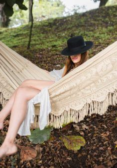 Meet the quintessential hammock, this unique artisan craft is 100% handmade with meticulous passion, the timeless  beige and detailed crochet fringes make a brilliant statement piece.  Hammocks produced by Wayuu crafters, are the biggest handmade hammocks, reaching impressive sizes that add to the stunning effect.