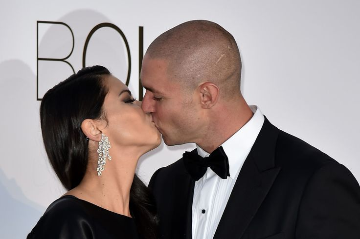 Adriana Lima Photos - Brazilian model Adriana Lima (L) and her partner Joe Thomas kiss as they arrive for the amfAR's 23rd Cinema Against AIDS Gala on May 19, 2016 at the Hotel du Cap-Eden-Roc in Cap d'Antibes, France. / AFP / ALBERTO PIZZOLI - amfAR's 23rd Cinema Against AIDS Gala - Arrivals