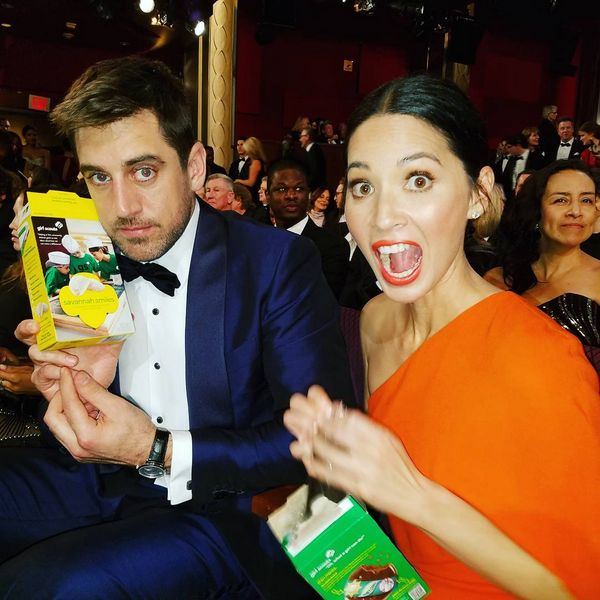 Olivia Munn ficou muito, muito empolgada com os biscoitos das escoteiras. | As fotos mais importantes dos bastidores do Oscar 2016 que apareceram no Instagram