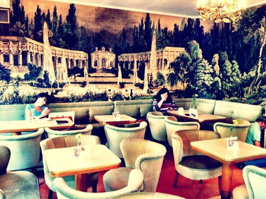 Café Jasmin. Gemütlich eingerichtetes Lokal mit internationaler Speisekarte, Kuchen und Cocktails sowie Livemusik. Adresse: Steinheilstraße 20, 80333 München