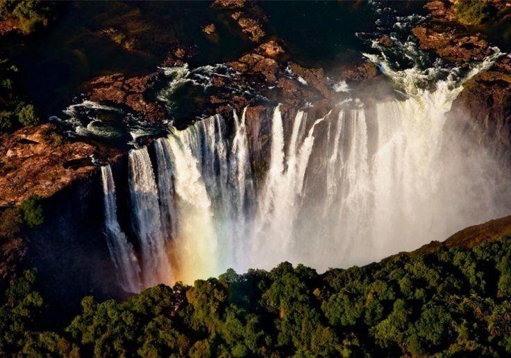 Sonriso | Travel in Style | Safari - LIVINGSTONE SAFARI Botswana & Zimbabwe - Na styku wyschniętej sawanny Kalahari i rozlewisk Delty Okawango położony jest jeden z ciekawszych krajów południowej Afryki. Botswana położona jest poza utartymi szlakami safari – próżno szukać tu dużych hoteli. Ukryte w buszu kameralne Campy składające się z kilku ekskluzywnych namiotów gwarantują wypoczynek w luksusowych warunkach, z dala od zgiełku cywilizacji, za to w pełnej bliskości natury.