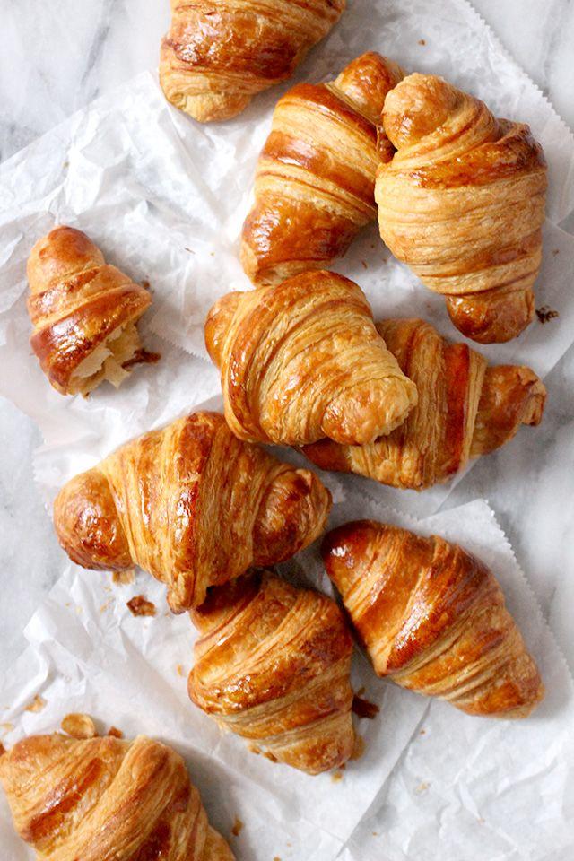 Les croissants sont un petit déjeuner français classique. Habituellement, ils sont mangés avec du beurre ou des confitures, mais ils sont bien clair, trop.
