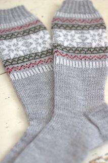 Puolukkametsä- sukissa on perinteinen norjantähtiaihe ja harmoninen värimaailma. Sopivat ihanasti talveen!