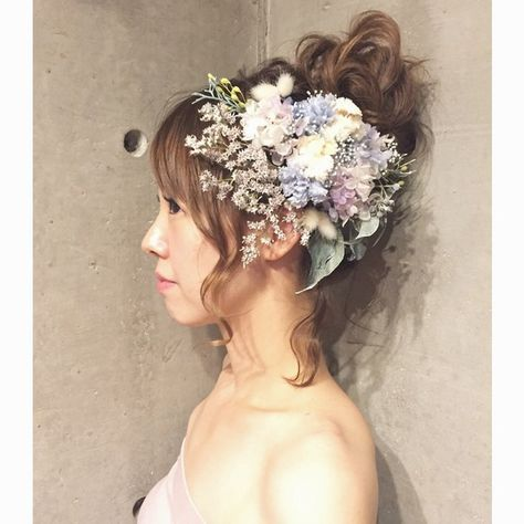霞みがかった印象の儚げで繊細なヘッドドレス…♡ 複雑な色味を入れつつも、優しい色合いがまとまりを持ち、ワンランク上の表情を出してくれています꒰๑´•.̫ • `๑꒱シャギーな質感のタタリカをメインに、ミニカーネーションとクリームホワイトの小花達…♡カラーグラデーションがキレイなアジサイ*ふわふわの質感が印象的なハニーテールアイビーやブルーアイスのウォッシュホワイトなグリーン達… いろんな表情を見せてくれる、とっても繊細なセットになりましたヾ(◍'౪`◍)ノ゙すべてプリザーブドフラワーでお作りしております♡パーツ仕立てですが、お花部分はアレンジメントパーツになってるので、バランスよく付けていただけます꒰◍'౪`◍꒱۶✧˖°【製品について】主にプリザーブドフラワー、アーティフィシャルフラワーを使用して作品を作っております。・大変繊細ですので、取り扱いには十分ご注意ください。強く摘んだり、引っ張ったりしますと、花びらが取れてしまったり、お花自体が外れてしまいますので、Uピン、針金等、土台の部分を摘んでお取り扱いください。・湿気の多い場所...