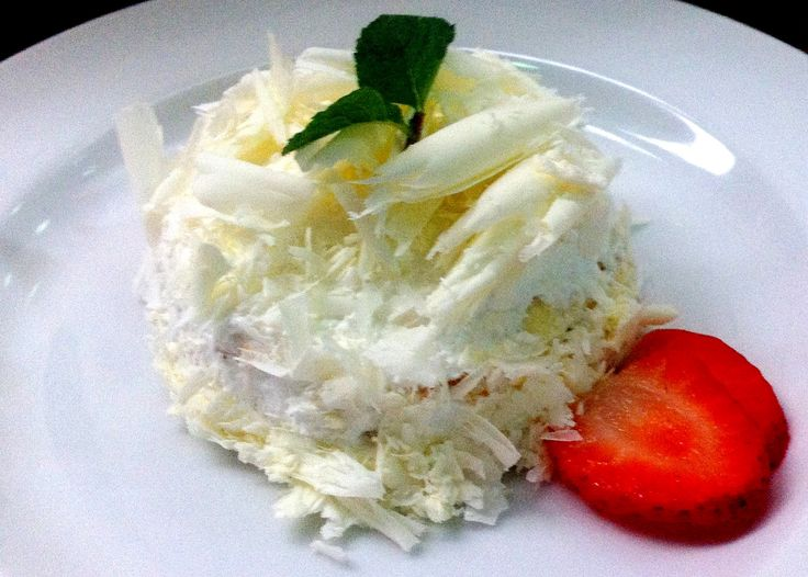 Pastel de Crepas cubierto de chocolate blanco