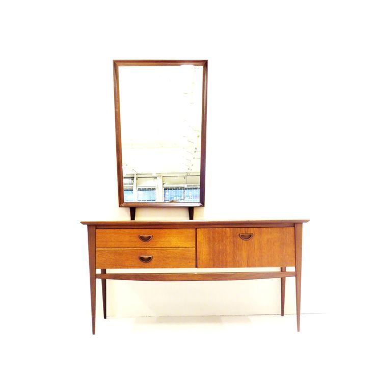 Zeldzame vintage kaptafel / dressoir / side table van Louis van Teeffelen voor Wébé met spiegel. Nu te koop bij Vintage Virus.