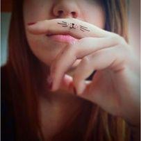 Des moustaches au creux du doigt
