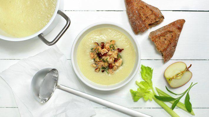 Eple og selleri er en klassisk kombinasjon i matretter, her som en fantastisk suppe. Toppet med mør, norsk kylling i små terninger, hasselnøtter og frisk salvie er eple- og sellerisuppe en mild og super lunsj, middag eller kveldsrett.
