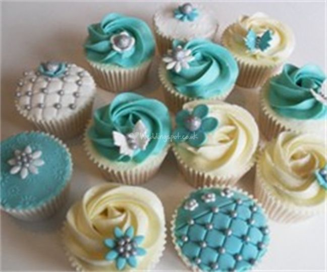 Vintage cupkakes- but with ivory and wine color
