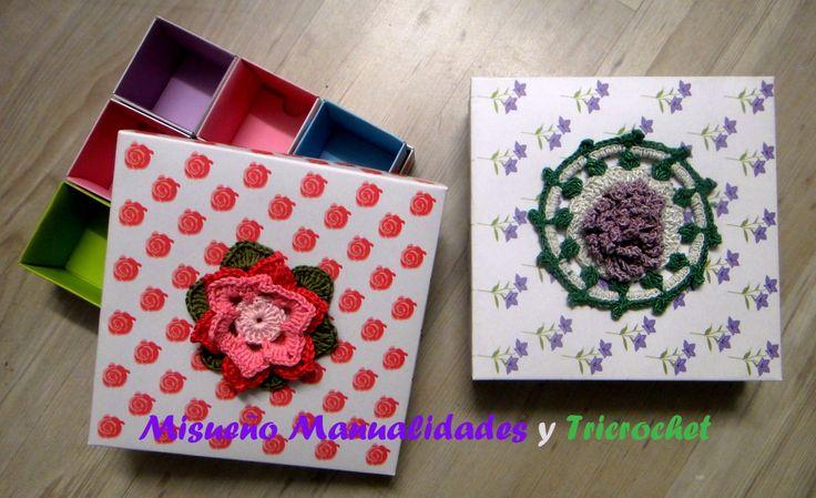 Cajitas de varios departamentos de cartulina decoradas con una flor de ganchillo.  www.misuenyo.es/ www.misuenyo.com y  Facebook Tricrochet