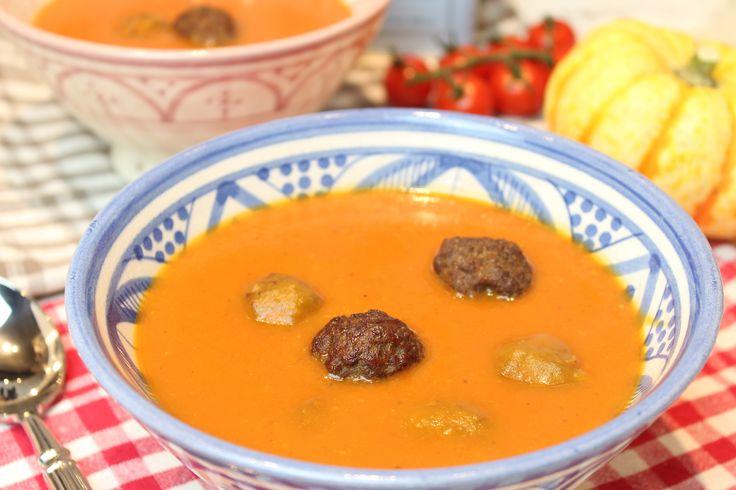 Low Carb Rezepte von Happy Carb: Butternut-Tomatensuppe mit Merguezbällchen.