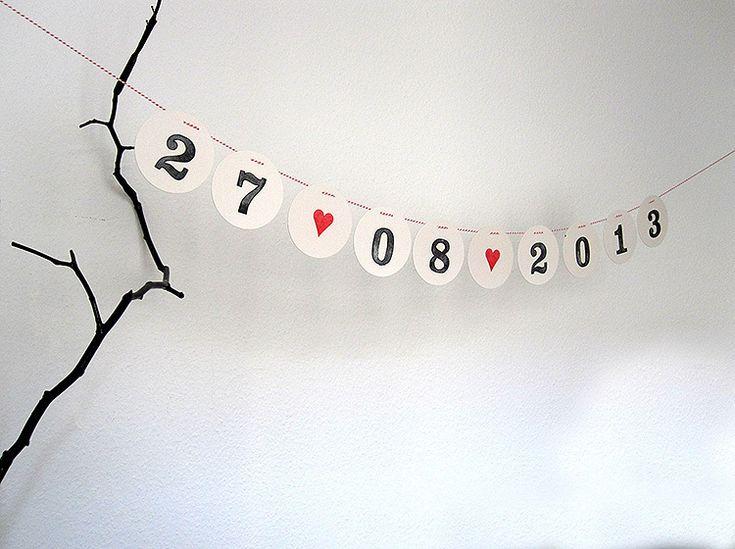 Save the Date - Eine Girlande aus Zahlen mit dem Datum der Hochzeit.   Einzelne Zahlen zum Auffädeln auf rot-weißer Kordel.  Jedes Zeichen der H...