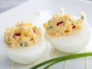 Jajka faszerowane papryką i żółtym serem