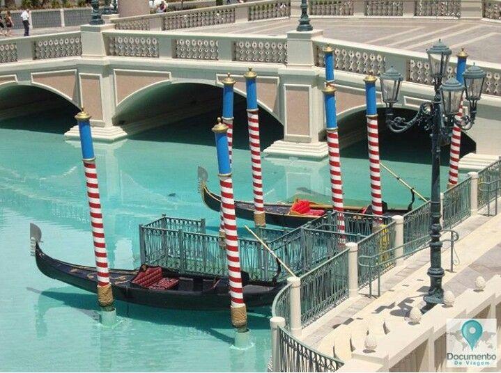 🇧🇷 Las Vegas é a capital do entretenimento do mundo, e é famosa por seus enormes cassinos-hotéis.  🇺🇸 Las Vegas is The Entertainment Capital of the World, and is famous for its mega casino–hotels.