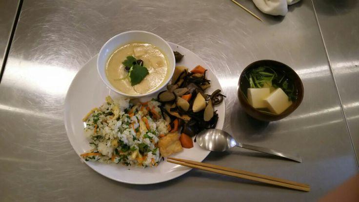 菜の花の混ぜご飯 ながひじきの炒め煮 茶碗蒸し(風) 蕗味噌 お吸い物  ご飯は菜の花と人参、ゴマを炒めて 味付けしたものを混ぜます。  ひじきはごぼう、れんこん、うど、にんじん、干し椎茸など具だくさんです。  茶碗蒸しのようなものは 卵は使わずに 寒天、葛で固めてあります。 (ベジタリアン料理なので) 具は高野豆腐、ユリ根、干し椎茸、三つ葉 具に下味を付けてあります。