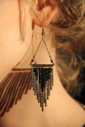 """Boucles """"Louna""""  Création unique!  D'inspiration ethnique ces boucles sont habillées de perles de rocaille et de métal couleur bronze.  Grise et noir elles vous suivront au - 7210573"""