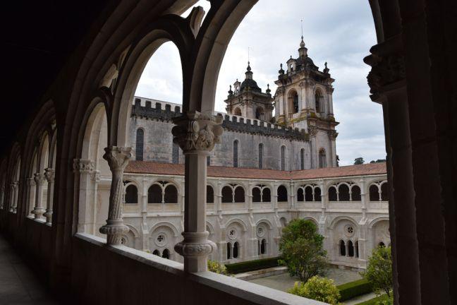 Hoe zat het ook alweer met Pedro en Inês de Castro die in Alcobaça begraven liggen? Lees het op: https://zininportugal.wordpress.com/2015/02/09/hoe-zat-het-ook-alweer-met-pedro-en-ines-de-castro/