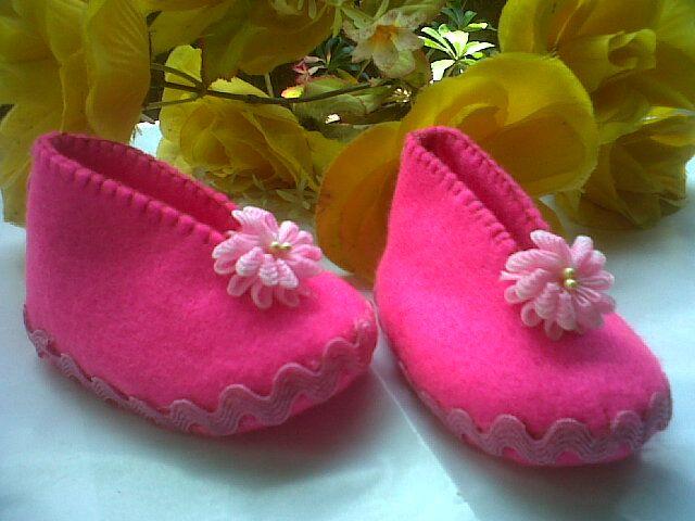 Sepatu Bayi Pink Kreasi Flanel http://karyaseniute.blogspot.com/