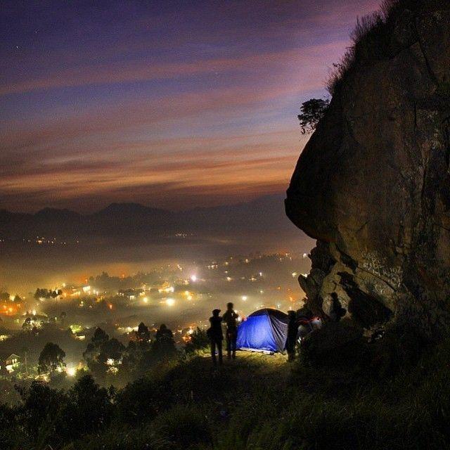 shot by @mas_zaqi taken at Gunung Batu Lembang -------- Apa kalian suka pergi ke gunung? Apa kalian senang menghabiskan waktu libur di daerah pegunungan atau tebing? Pergi wisata ke gunung atau tebing merupakan suatu tantangan untuk diri sendiri apalagi jika Anda hobi hiking pasti liburan ke salah satu pegunungan merupakan pilihan yang tepat. Apa kalian pernah mendengar tentang Gunung Batu yang berada di Lembang Bandung? Sensasi menikmati liburan dengan memanjat tebing menjadi pengalaman…