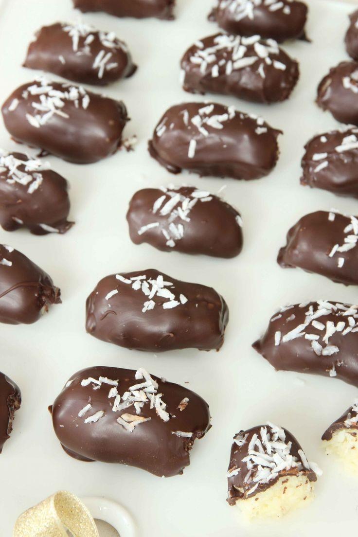 Hemgjord bounty  25–28 st  50 g smör, smält 3 dl riven kokos 2 dl florsocker 1 tsk vaniljsocker ½ dl vispgrädde  Garnering 150 g mörk choklad, smält riven kokos  GÖR SÅ HÄR  1. Blanda ihop smör, kokos, florsocker, vaniljsocker och grädde till en massa. Ställ den i kylen en stund.  2. Rulla massan till fingertjocka längder, ca 4 cm, och lägg dem på en skärbräda i frysen i 30–60 min.  3. Doppa bitarna i smält choklad och lägg dem på ett bakplåtspapper. Strö över riven kokos