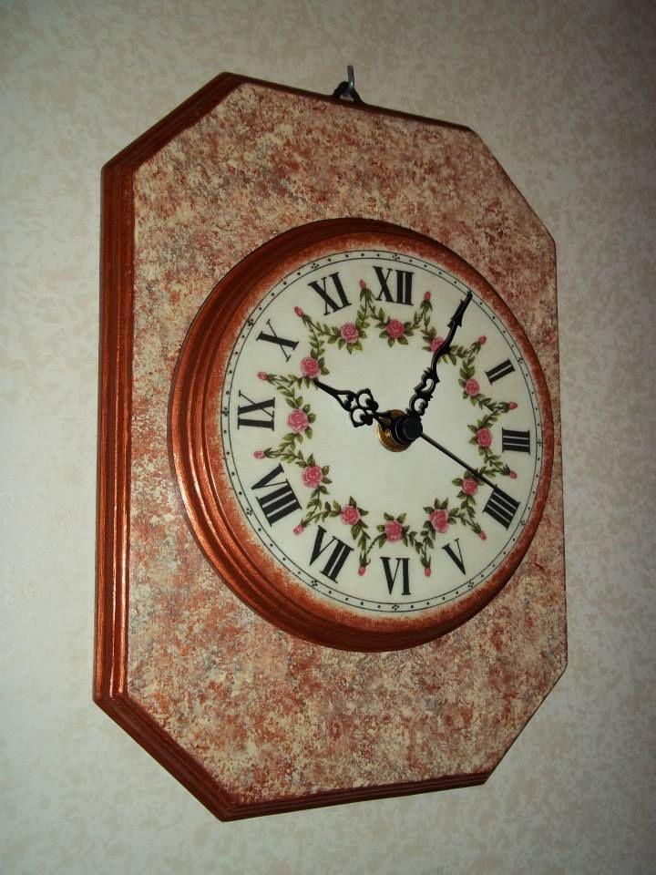 Orologio in legno decorato a mano